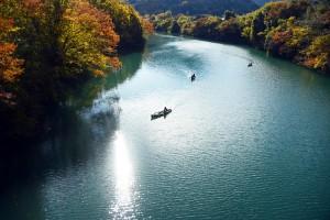 ダム湖とカヌー