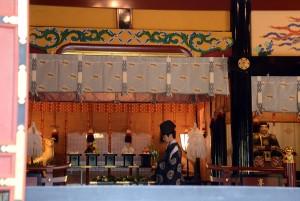 拝殿の中では