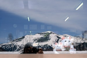 ガラスに写る至仏山