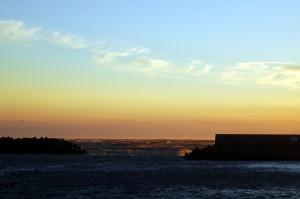 夕暮れの荒れた外海