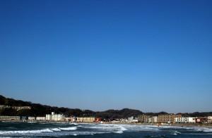 逗子の海岸と青い空